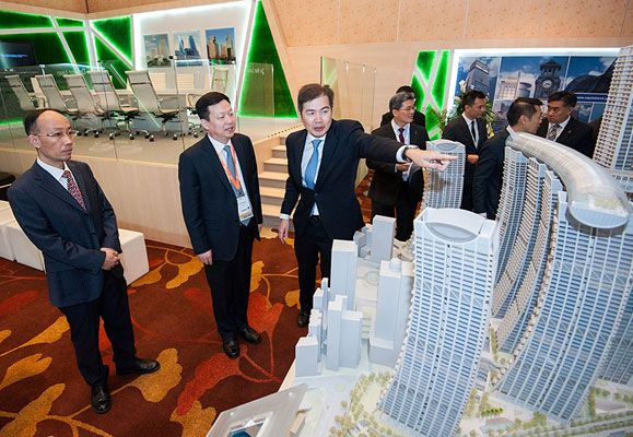 Mr Lim Ming Yan, President and Group Chief Executive Officer of CapitaLand Limited introducing a model of Raffles City Chongqing to Mr Zhou Naixiang, Mayor of Suzhou, Jiangsu Province, China at the World Cities Summit 2014