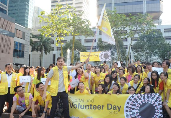 Mr Lim Ming Yan, CapitaLand's President & Group CEO with 250 staff volunteers at CapitaLand Volunteer Day 2014 in Singapore