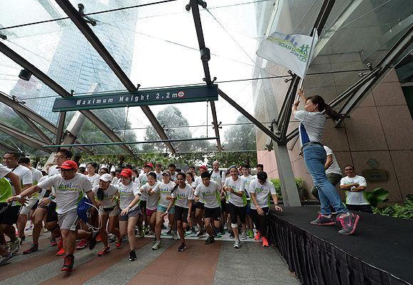 CCT Management Limited CEO Lynette Leong flagging off the over 370 participants to an enthusiastic start at the CCT Eco Race on 27 August 2016.