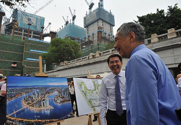 CapitaLand President and Group CEO Mr Lim Ming Yan (left) gives Singapore Prime Minister Lee Hsien Loong (right) an update on the progress of Raffles City Chongqing.